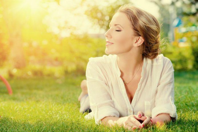 девушка лежит на траве, лето, солнце