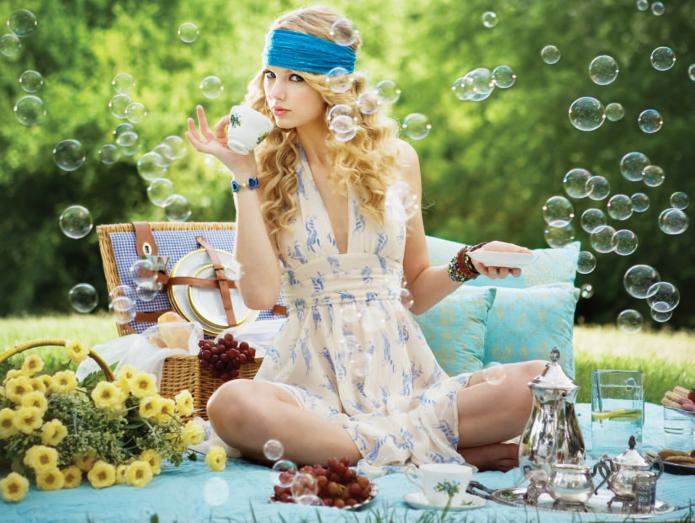 девушка с блюдцем и чашкой, летний пикник, мыльные пузыри