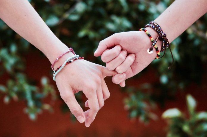 две руки держатся за мизинцы, мириться