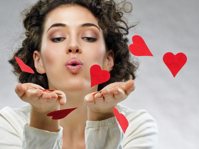 девушка, воздушный поцелуй, красные сердечки