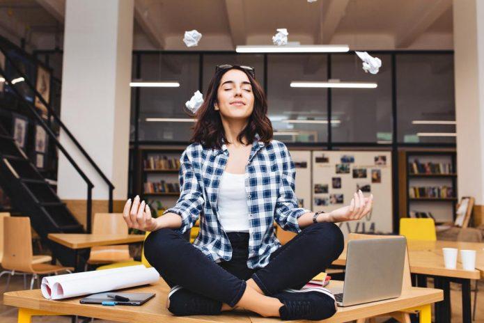 девушка медитирует на рабочем столе