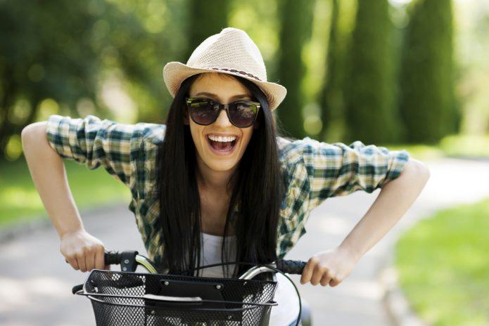 девушка в шляпе на велосипеде, улыбка, лето