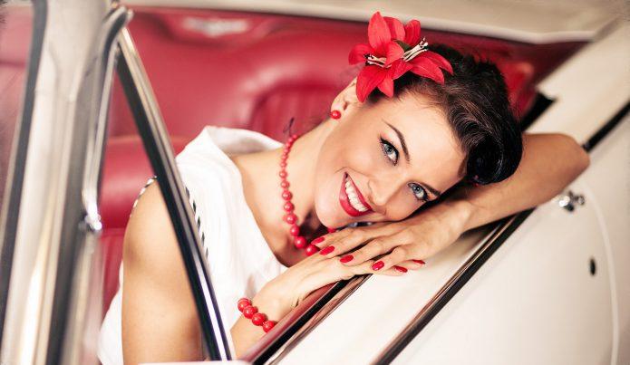 девушка в машине, улыбка, нарядная, цветок в волосах