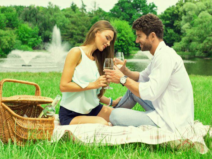 летний пикник, влюблённая пара с бокалами
