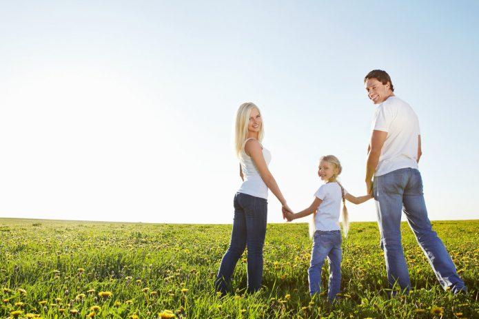 семья с ребёнком на природе
