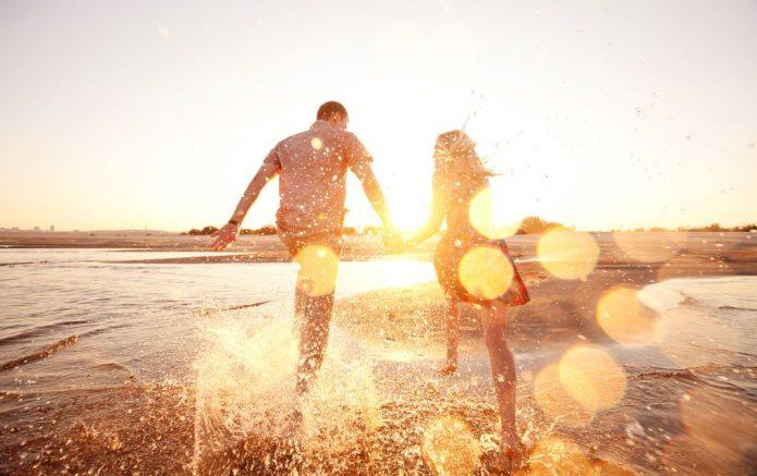 девушка и парень, море, брызги, солнце