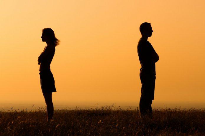 красивое небо, мужчина и женщина отвернулись друг от друга