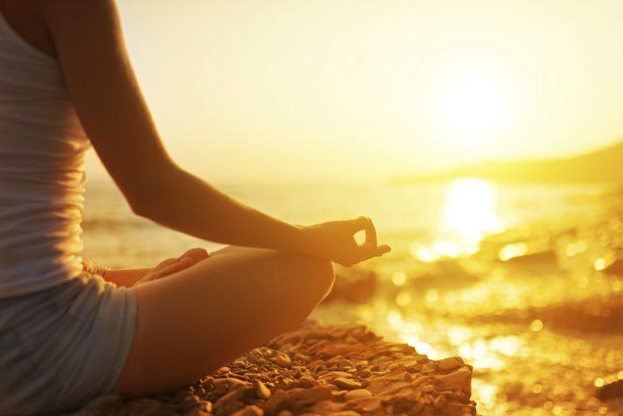 медитация на берегу, вода и солнце