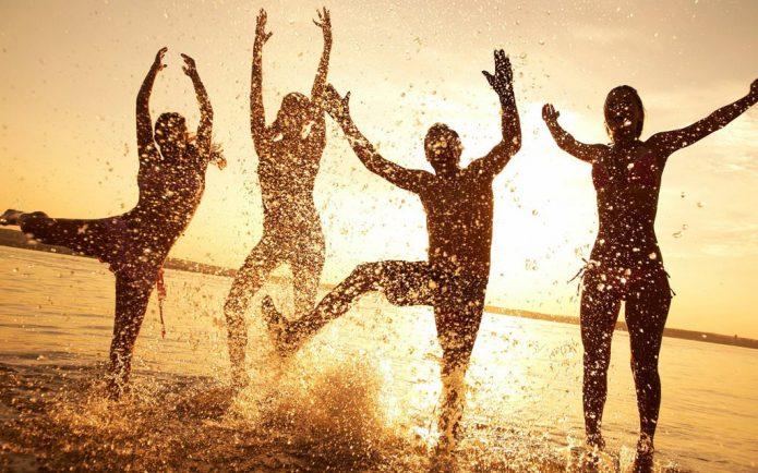 брызги, веселье на пляже