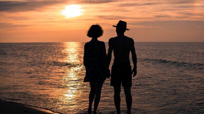 силуэты влюблённых на фоне моря и заката