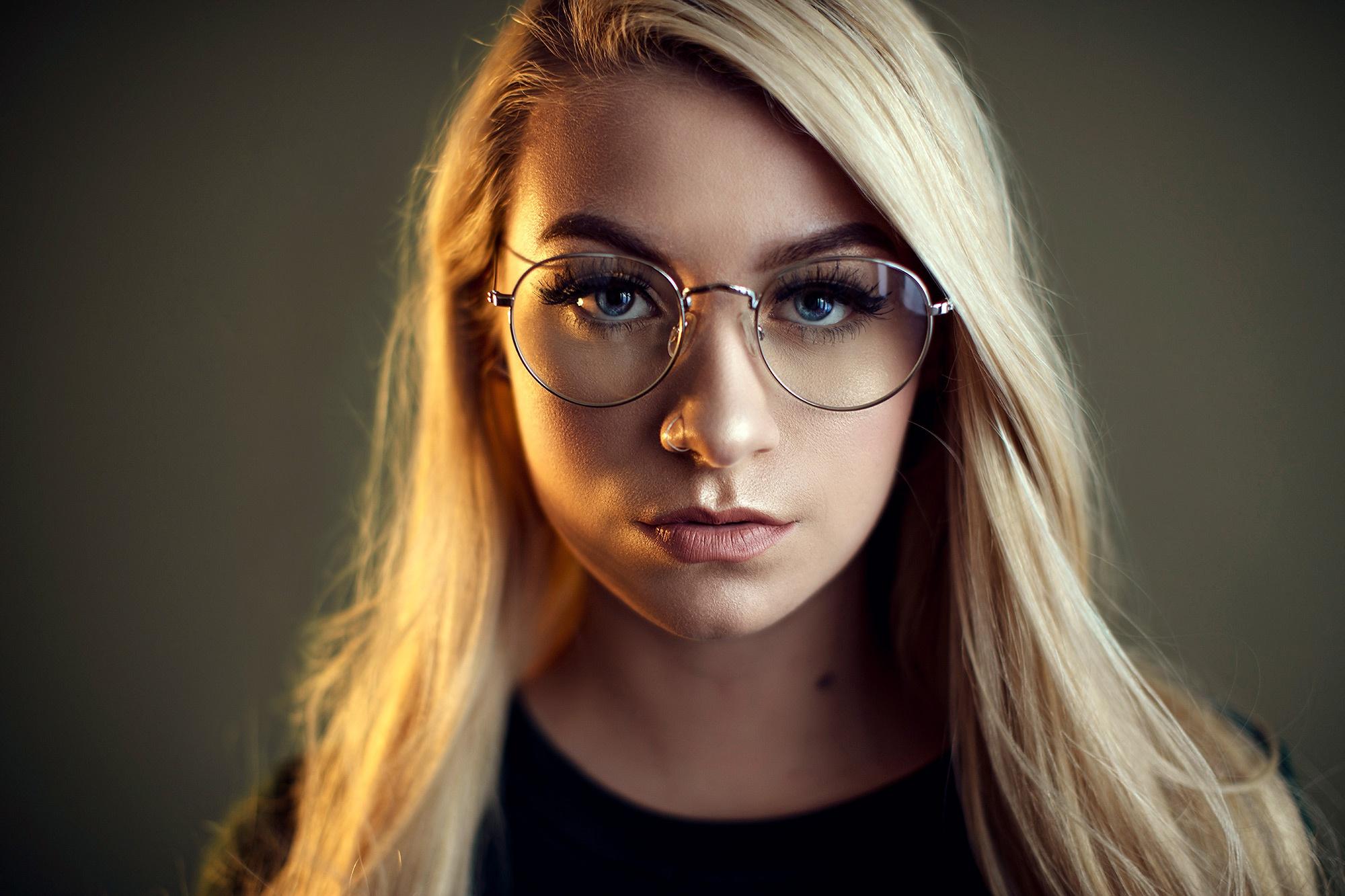 Что стоит учитывать при нанесении макияжа для тех, кто носит очки