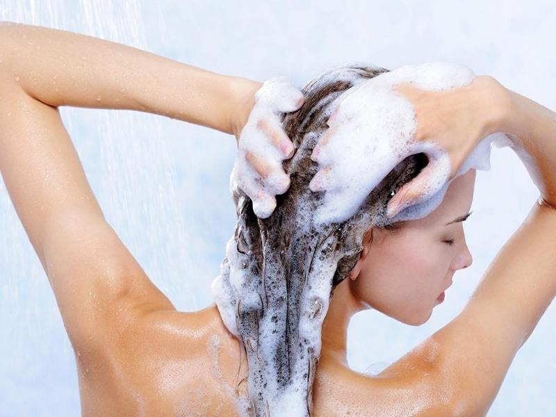 Почему не стоит мыть голову ежедневно: мнение профессионалов
