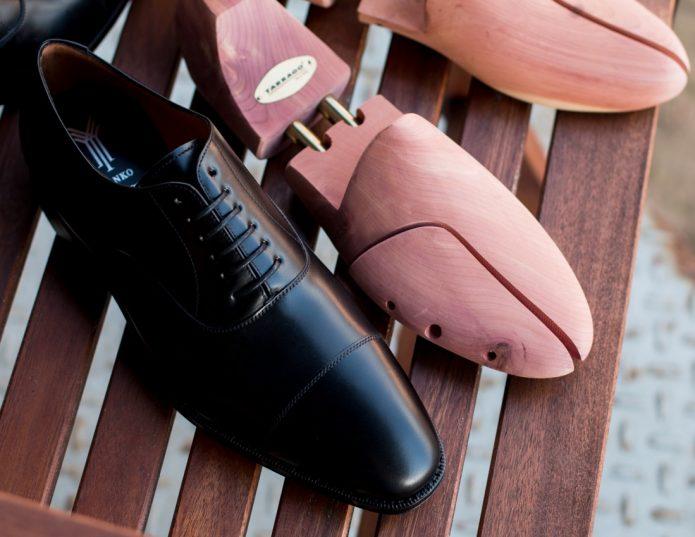 Формодержатели для обуви и черная кожаная туфля