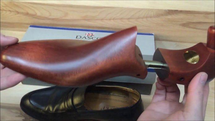 Деревянные формодержатели для обуви и кожаная туфля