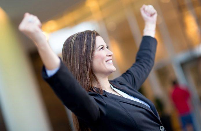 счастливая женщина в деловом костюме