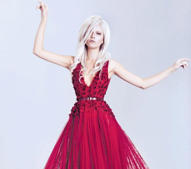 девушка в малиновом платье