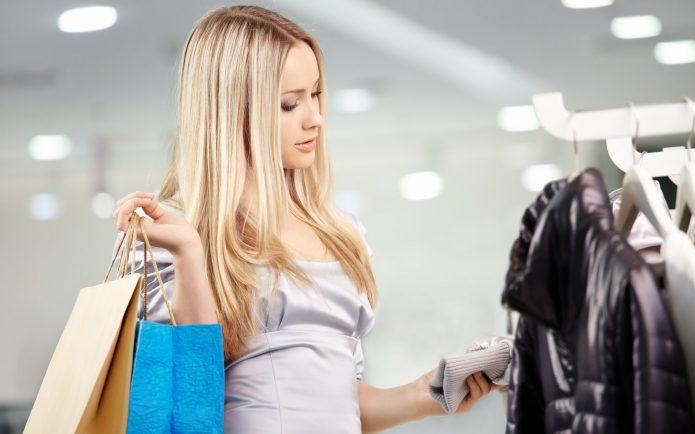 девушка в магазине одежды