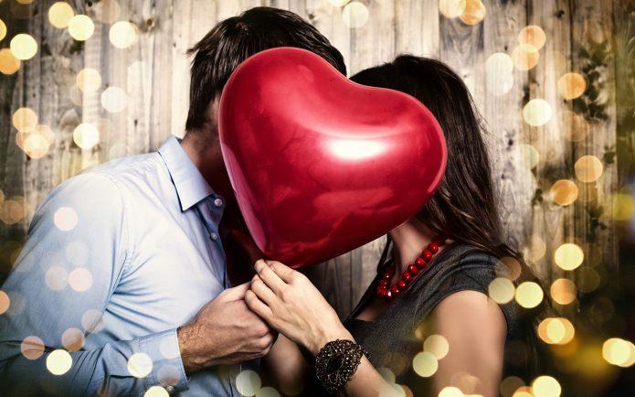 влюблённые держат сердце шар