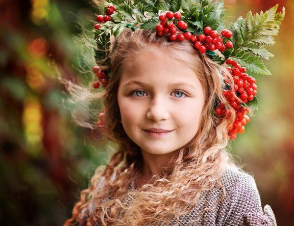 Девочка в венке из калины