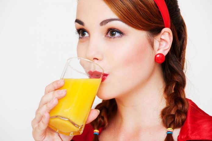 красивая девушка пьёт сок