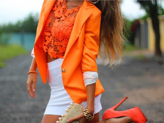 девушка в ярко-оранжевом луге