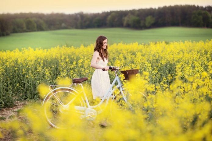девушка с велосипедом в жёлтых цветах