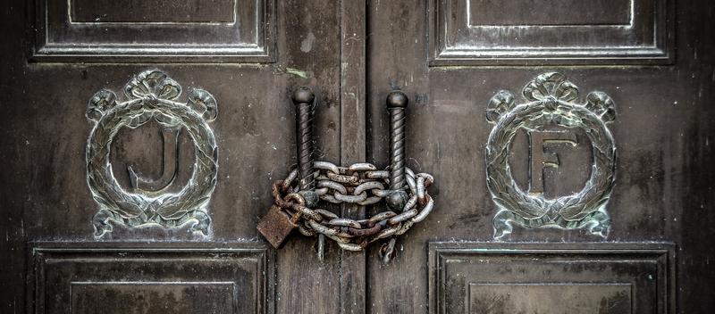 Двери на замке с цепью