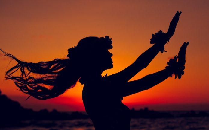 Девушка танцует на закате