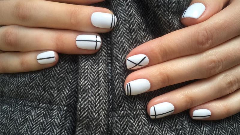 белый дизайн на коротких ногтях
