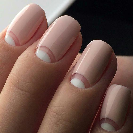 розовым с белым френч у основания ногтя