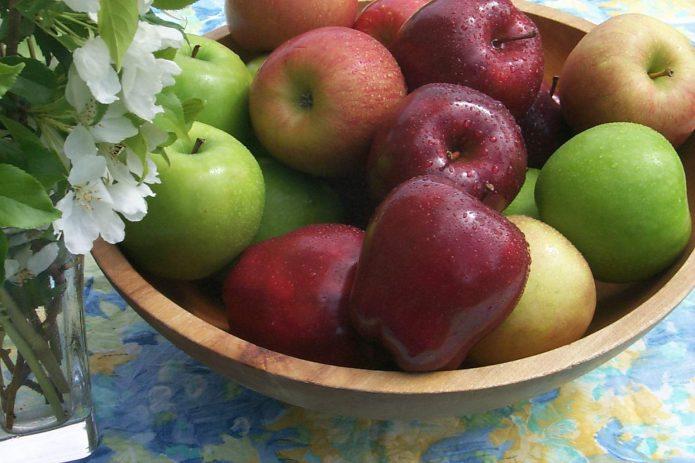 Яблоки в деревянной миске