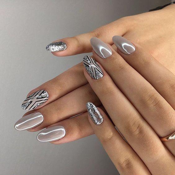 узоры на длинных ногтях в холодном оттенке перламутра