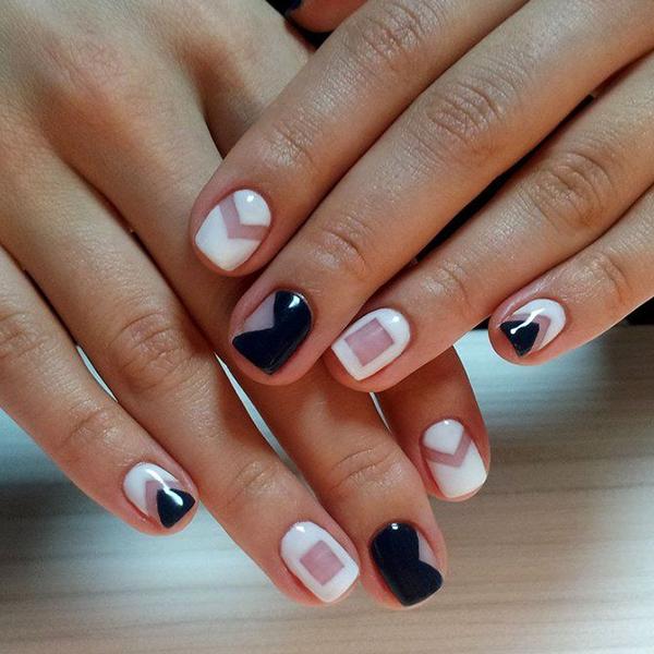 геометрические узоры сине-белого цветов на позрачном ногте