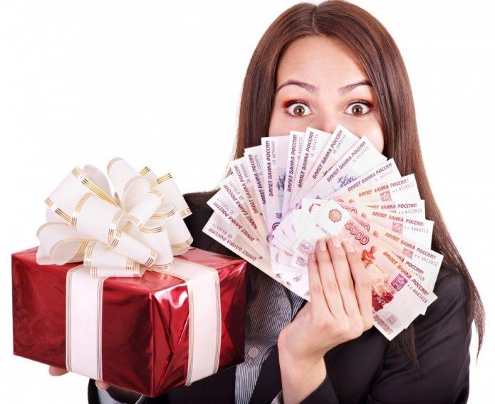девушка с подарком и деньгами на белом фоне