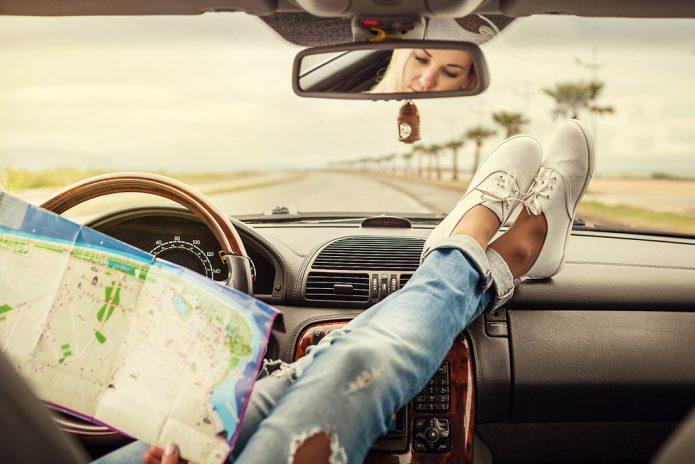 девушка в машине с картой