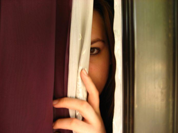 девушка спряталась и выглядывает