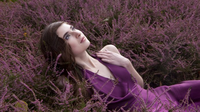 девушка в фиолетовых цветах