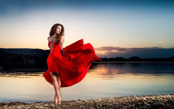 девушка в красном платье у воды