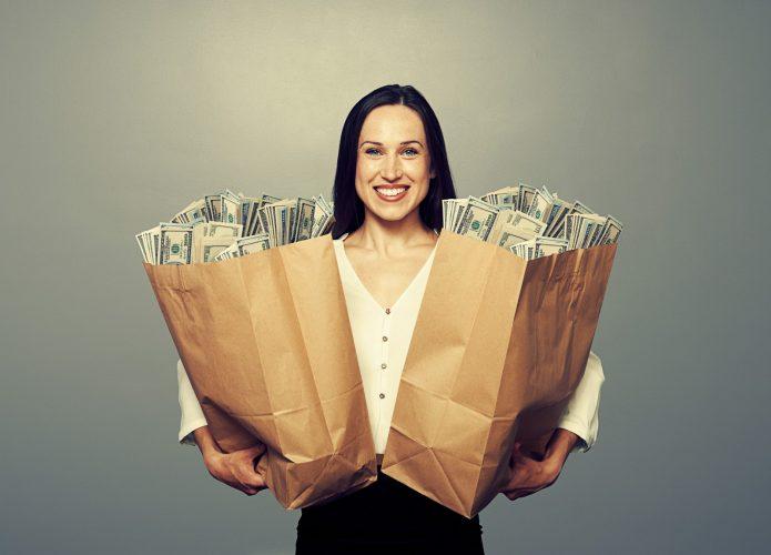 девушка с двумя пакетами денег