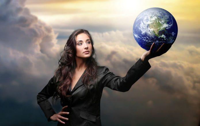 женщина держит планету
