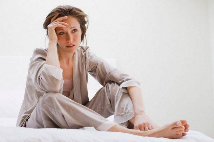 расстроенная девушка в пижаме