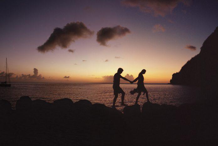 силуэты влюблённых, море, сумерки