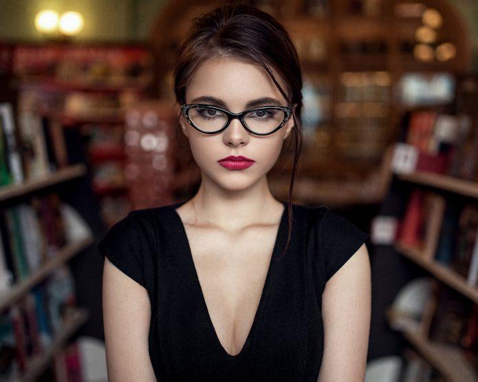 серьёзная девушка в очках
