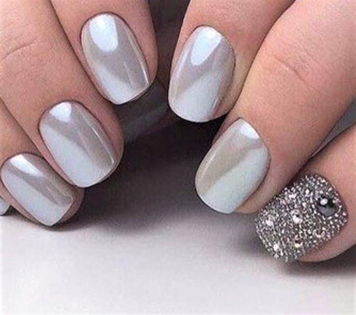 голубое серебро с украшением на одном ногте