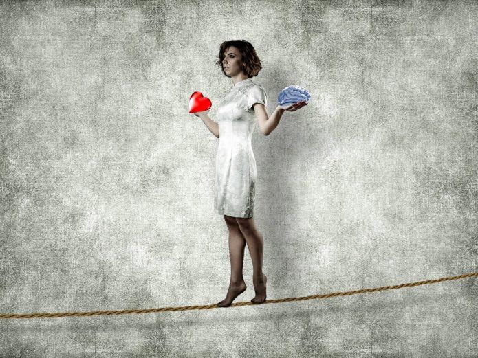 девушка идёт по канатной верёвке, мозг и сердце