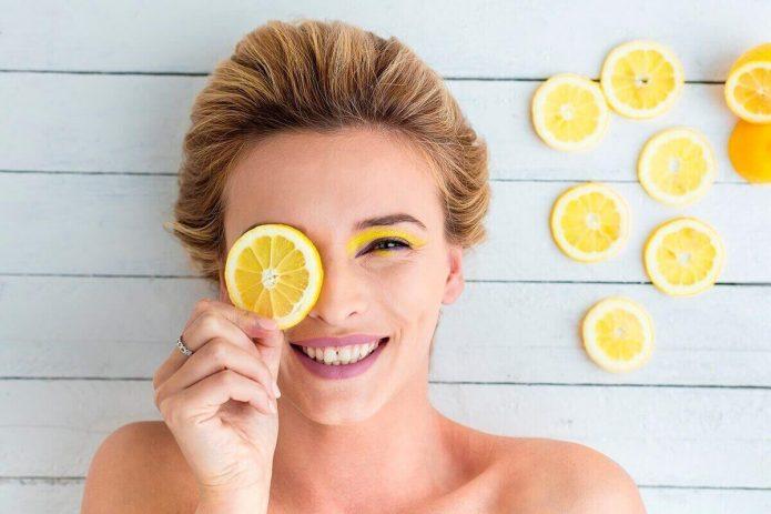 девушка с дольками лимона