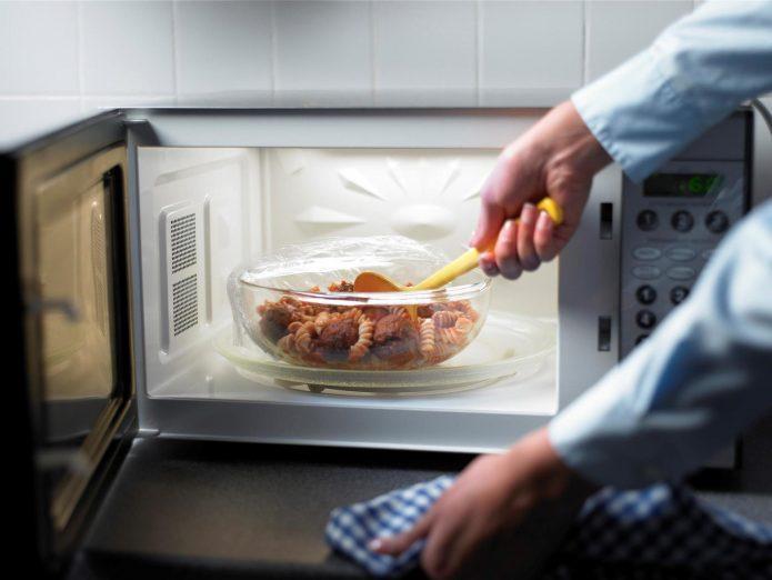 тарелка с едой в микроволновке