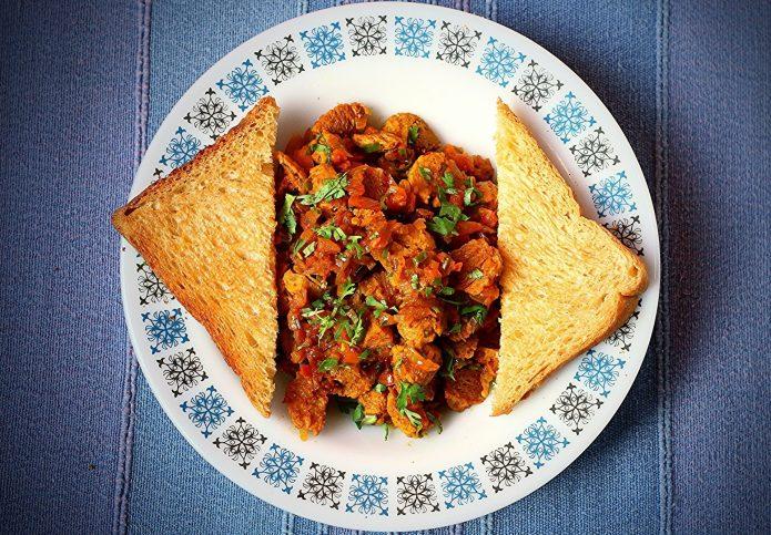 блюдо из соевого мяса, таралека, тосты