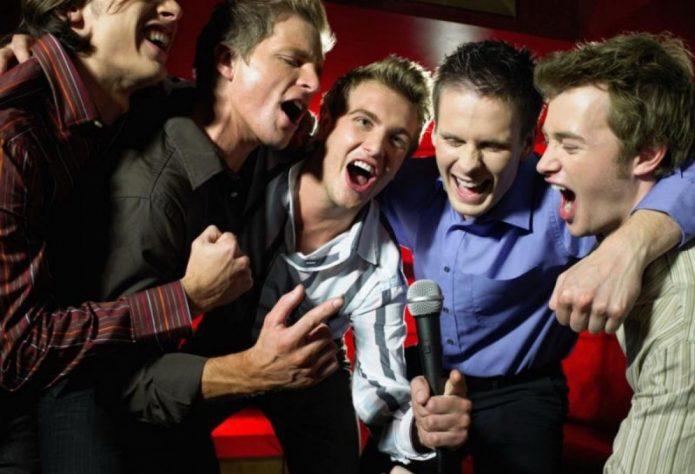 Парни в клубе поют караоке