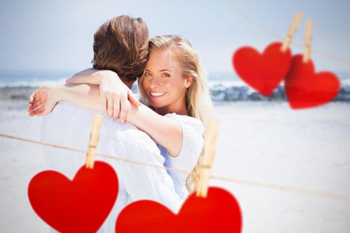 Счастливая пара и бумажные сердечки